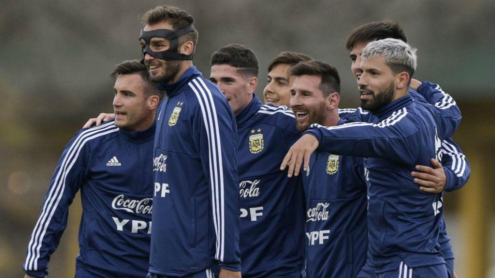 Newell's Old Boys le regaló una playera a Messi
