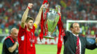 Steven Gerrard y Rafa Benítez, tras ganar la final de 2005.