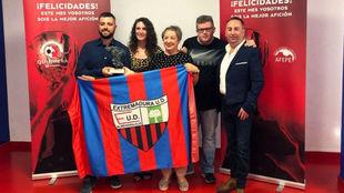 La Federación de Peñas del Extremadura UD recibe el premio de la...