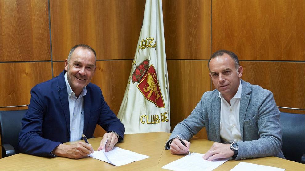 Víctor Fernández firma su renovación junto a Christian Lapetra.