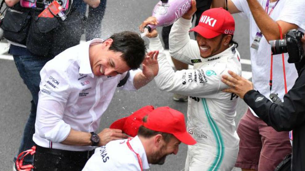 Hamilton celebra junto a Toto Wolf el triunfo en en pasado GP de...