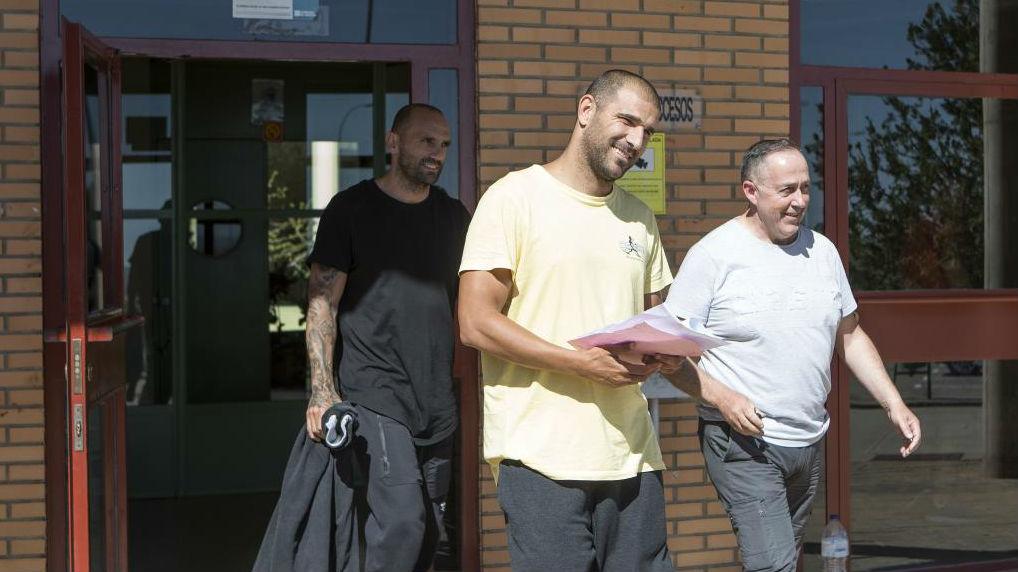 Raúl Bravo y Aranda, saliendo de la prisión de Zuera tras pagar 100.000 euros de fianza.