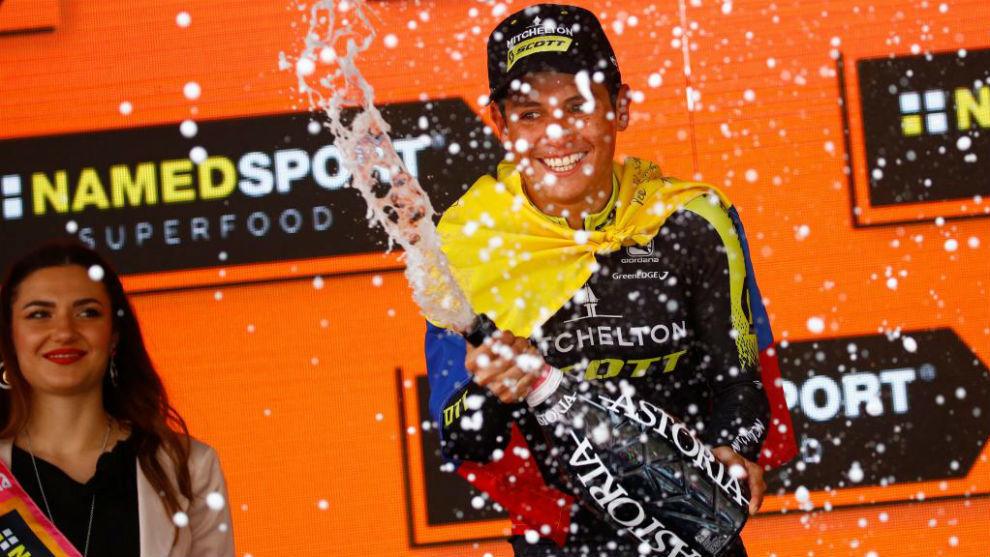 Chaves celebrando en el podio su triunfo de etapa.