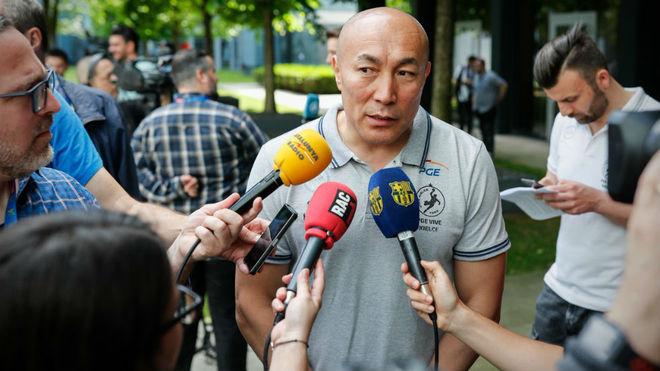 Talant Dujshebaev atendiendo a los medios de comunicación en Colonia