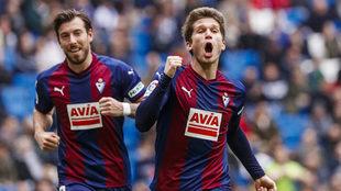 Cardona celebra un gol con el Eibar en el Santiago Bernabéu.