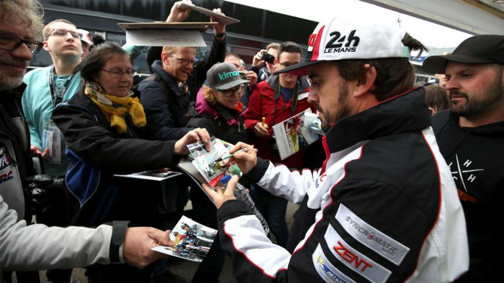 Alonso, firmando autógrafos.