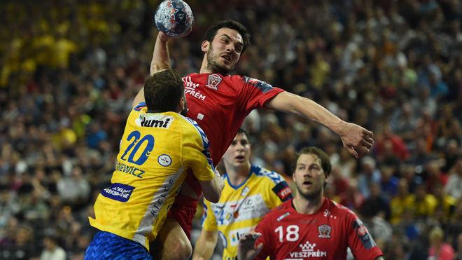 Nenadic lanza a puerta obstaculizado por Jurkiewicz