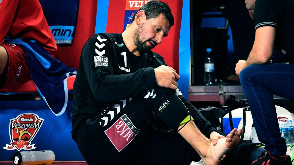 Sterbik, atendido de la lesión que sufrió en su pie derecho.