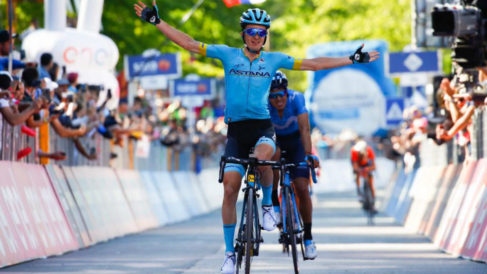 Bilbao celebrando el triunfo de etapa por delante de Landa.