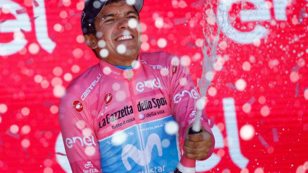 Carapaz celebrando en el podio su liderato en la general.