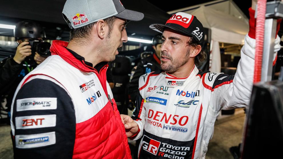 Alonso conversa con su compañero en el Toyota #8, Sebastien Buemi.