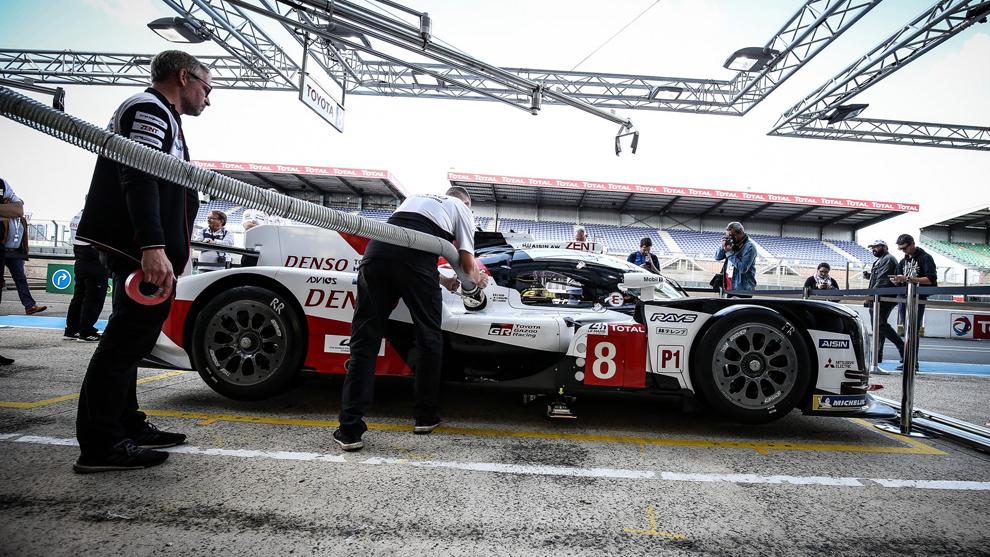 El equipo Toyota, en una práctica en boxes en la víspera del test de...