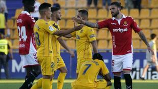 Los jugadores de Alcorcón y Nàstic se saludan tras el partido.