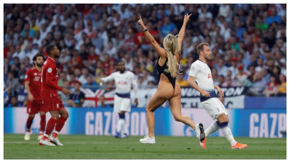 Calendario Uefa Champions League.Pitch Invader Interrupts Champions League Final Marca In