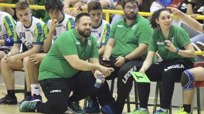 El técnico Nacho Moyano durante un partido del cadete del Ikasa /
