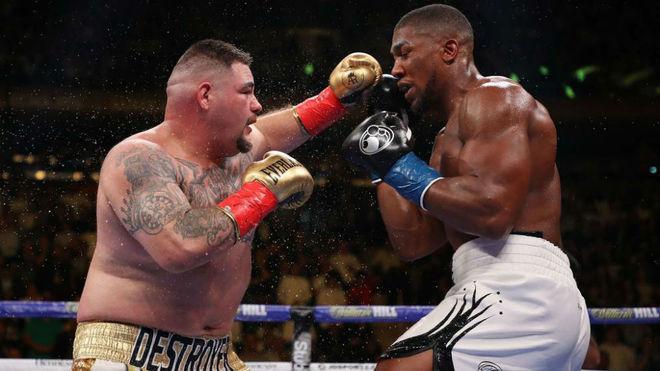 Ruiz golpea a Joshua.
