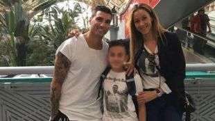 José Antonio Reyes junto a Ana y el hijo que tienen en común.