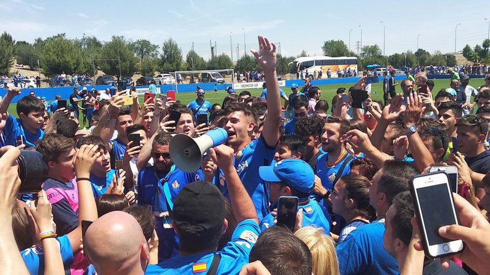 Hugo Duro tras conseguir en la celebración a pie de campo al conseguir el ascenso a Segunda B.