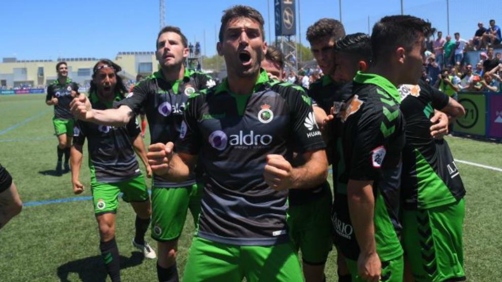 Los jugadores del Racing celebran el ascenso a Segunda división.