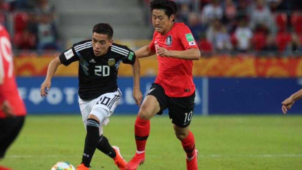 Kangin Lee presiona a un rival de Argentina en un partido del Mundial...