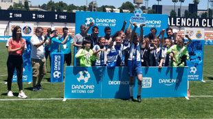 Las chicas del Espanyol celebran su título.
