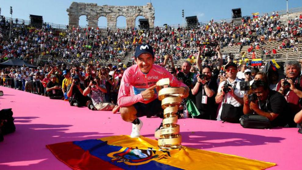 Carapaz celebrando su triunfo en la Arena de Verona.