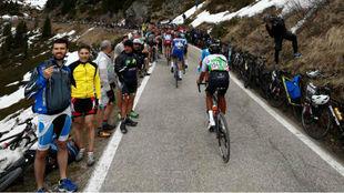 Numeroso público al paso de los corredores en el Giro.