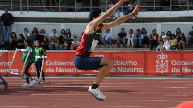 Héctor Santos durante un salto.
