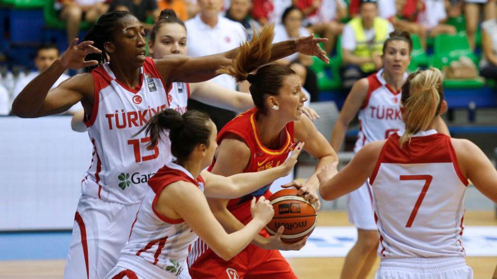 Laura Gil, rodeada por cinco jugadoras turcas.