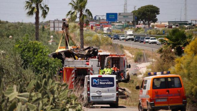Imagen de la grúa llevándose el vehículo en el que viajaba José Antonio Reyes.