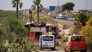 Imagen de la grúa llevándose el vehículo en el que viajaba Reyes.
