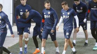 Vezo y Murillo conversan durante un entrenamiento del Valencia