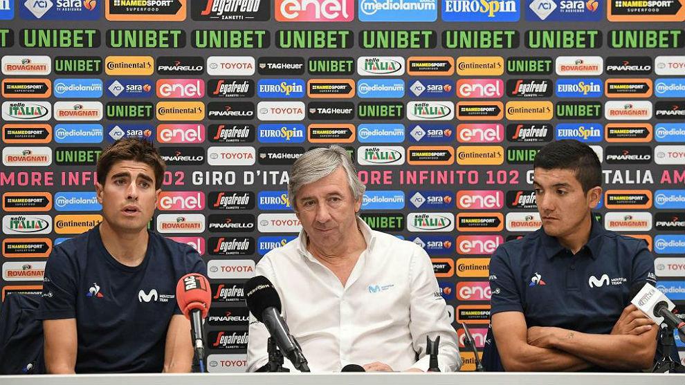Eusebio Unzué entre Mikel Landa y Richard Carapaz un día antes del...