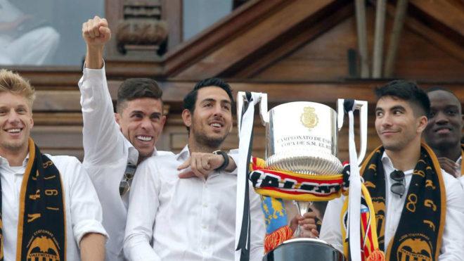 Los jugadores del Valencia en el balcón del Ayutamiento.