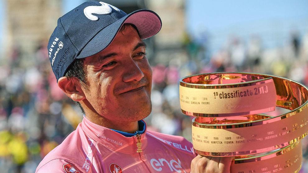 Richard Carapaz, con el trofeo 'Senza Fine'