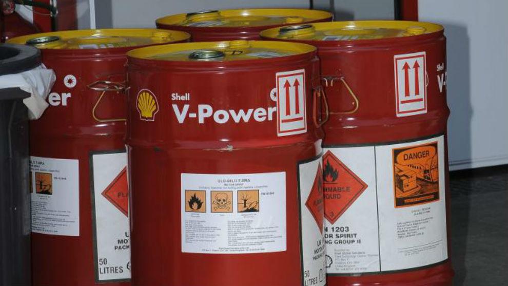 Bidones de gasolina de Shell, proveedor de Ferrari en la F1.