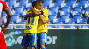 Momo y David García se abrazan este domingo ante el Almería