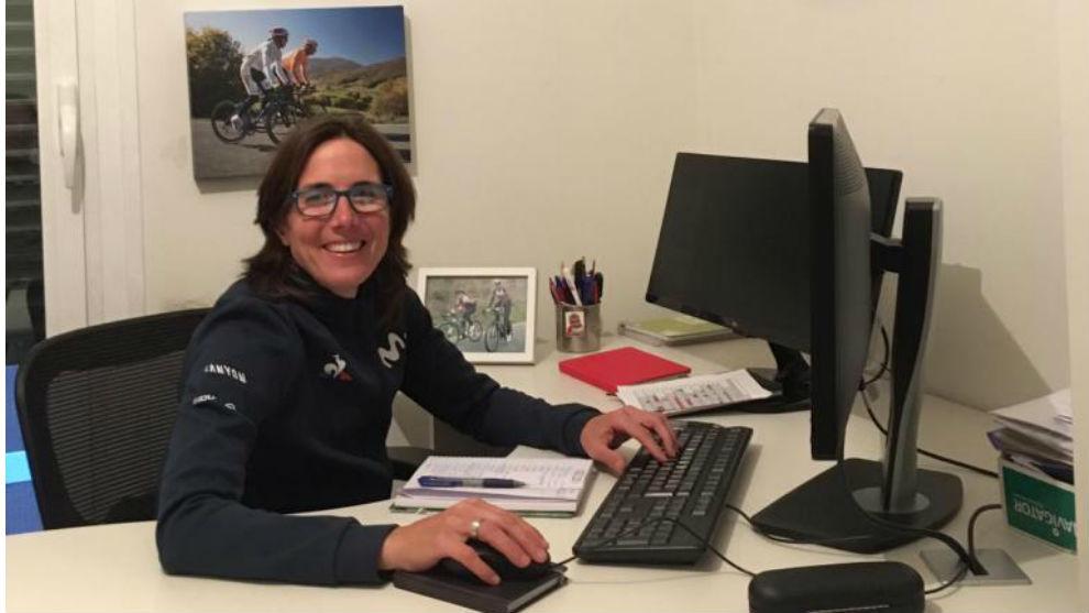 Iosune Murillo, en el despacho de Pamplona desde el que ha seguido el reciente Giro de Carapaz.