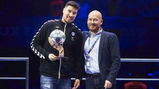 Alex Dujshebaev, recibiendo el galardón al máximo goleador de la...