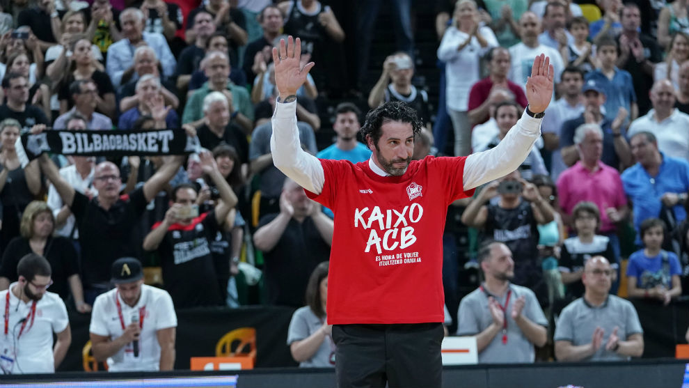Mumbrú saluda a los aficionados del Bilbao Básket tras consumarse el...
