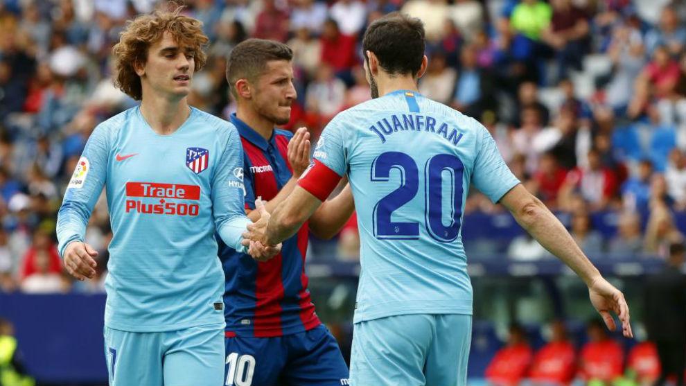 Juanfran y Griezmann en el último partido de ambos con el Atlético.
