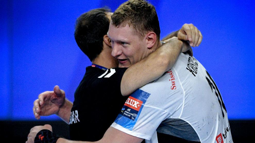 El técnico español se abraza con su jugador Dainis Kristopans