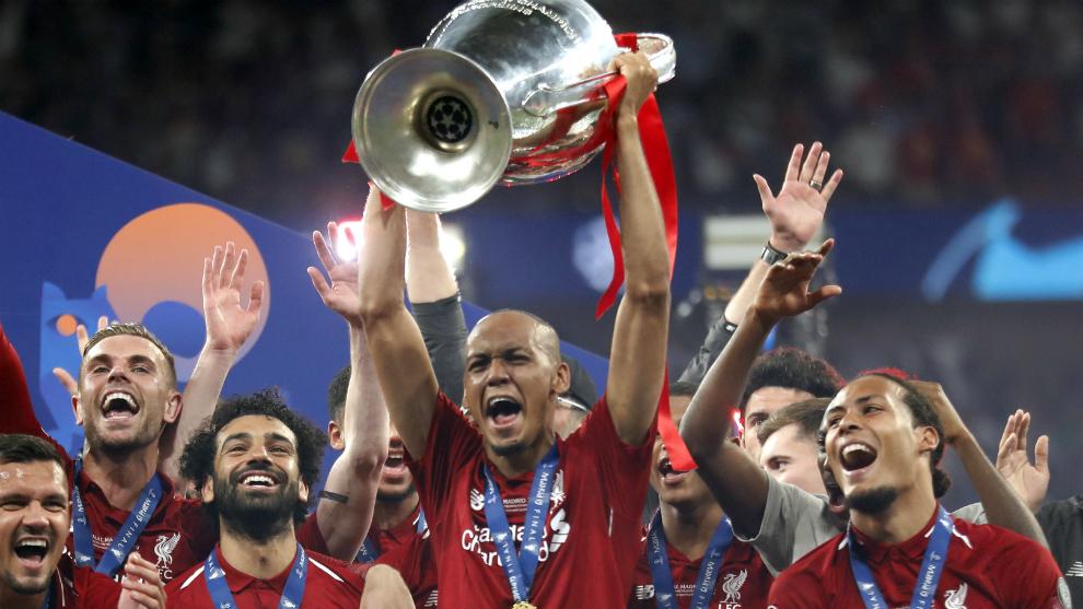 Fabinho levanta la copa al cielo de Madrid