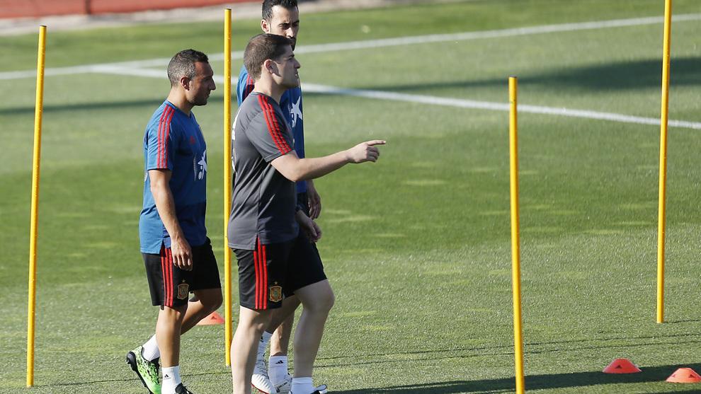 Robert Moreno, junto a Busquets y Cazorla en el entrenamiento de Las Rozas.