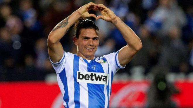 Jonathan Silva hace el gesto del corazón con sus manos en un partido...