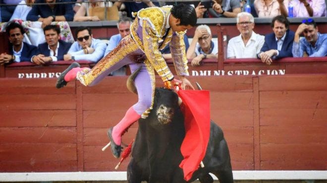 Diego San Román, en una de las tres cogidas que ha tenido en la...