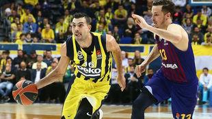 Kostas Sloukas defendido por el azulgrana Thomas Heurtel