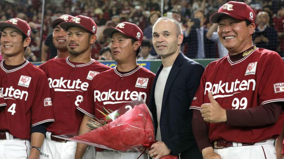 Iniesta, con el equipo de béisbol de los Tohoku Rakuten Golden Eagles
