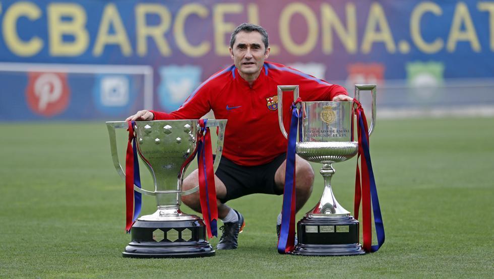 Ernesto Valverde, posando con su doblete de la primera temporada.