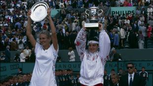 Mary Pierce y Arantxa Sánchez Vicario, con sus trofeos. Nótese la...